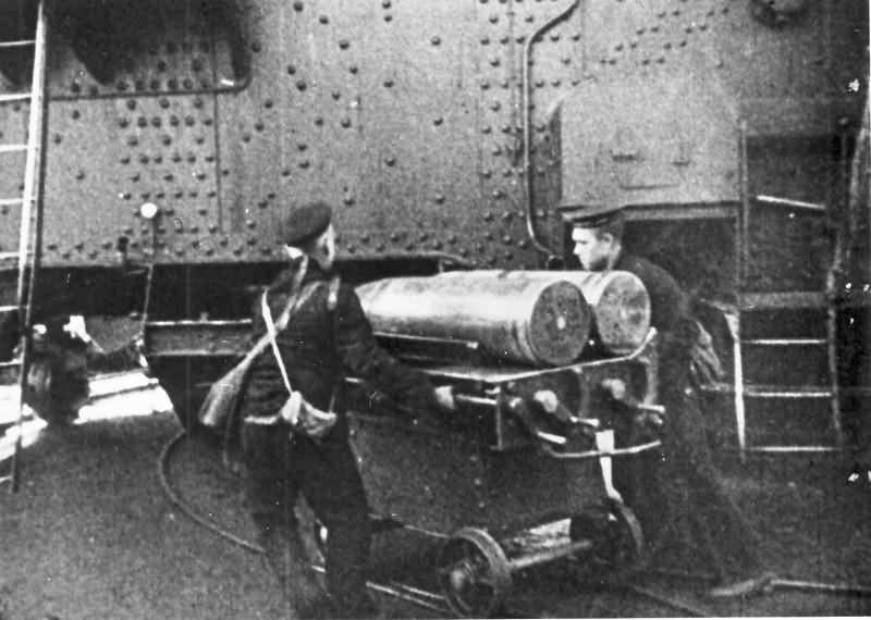 """Матросы 312-й береговой батареи везут снаряды к орудию. Форт """"Краснофлотский (""""Красная горка"""") , Сентябрь-октябрь 1941 г."""
